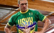 Украинский боксер Усик победил в первом бою в супертяжелом весе