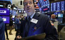 Торги на биржах Китая начались с падения более чем на 8%